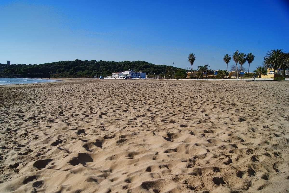 Spain, beach, hitchhiking, wild camping, guerilla camping, petrol station, Tarragona, La Mora, travel fail