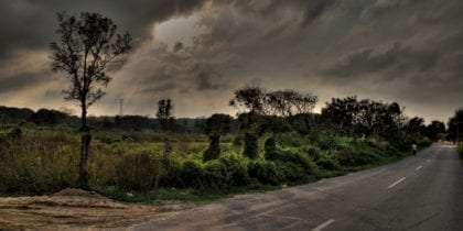 En una carretera por lugares donde quizá no pasa mucho la gente