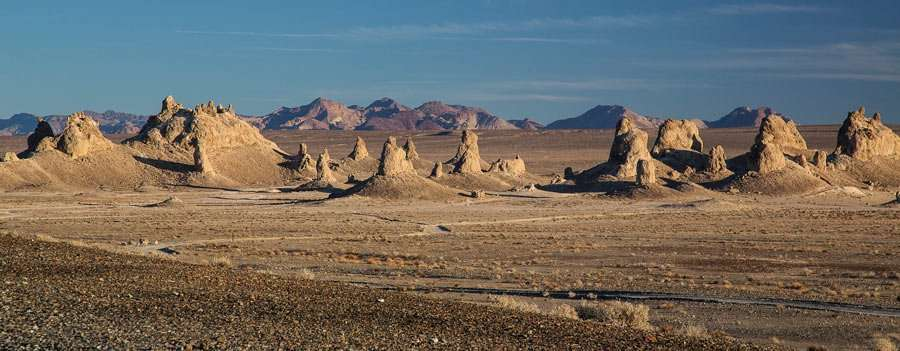 pinnacles of sand rise like needle pyramids into the desert horizon